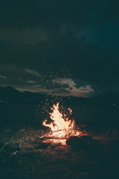 Cute-fall-date-ideas-campfire