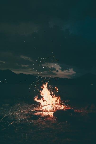 Cute-fall-date-ideas-campfire