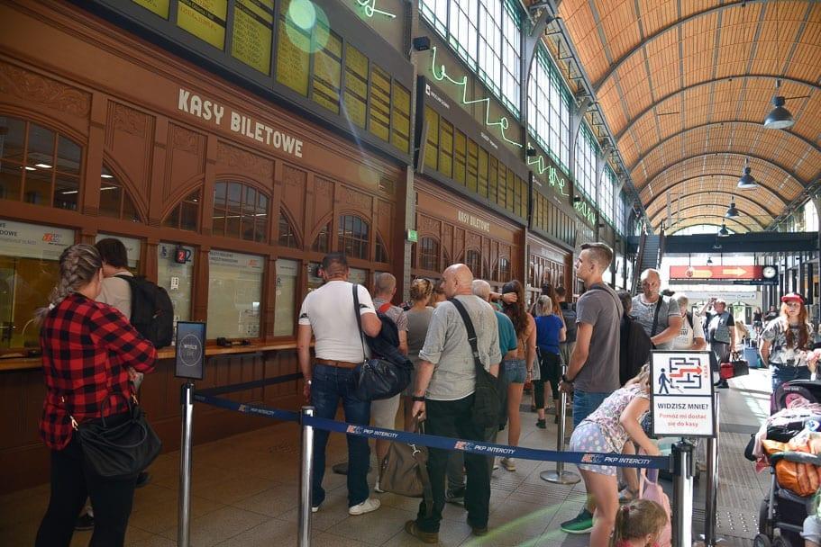 Wroclaw-Glowny-buying-tickets-to-Warsaw