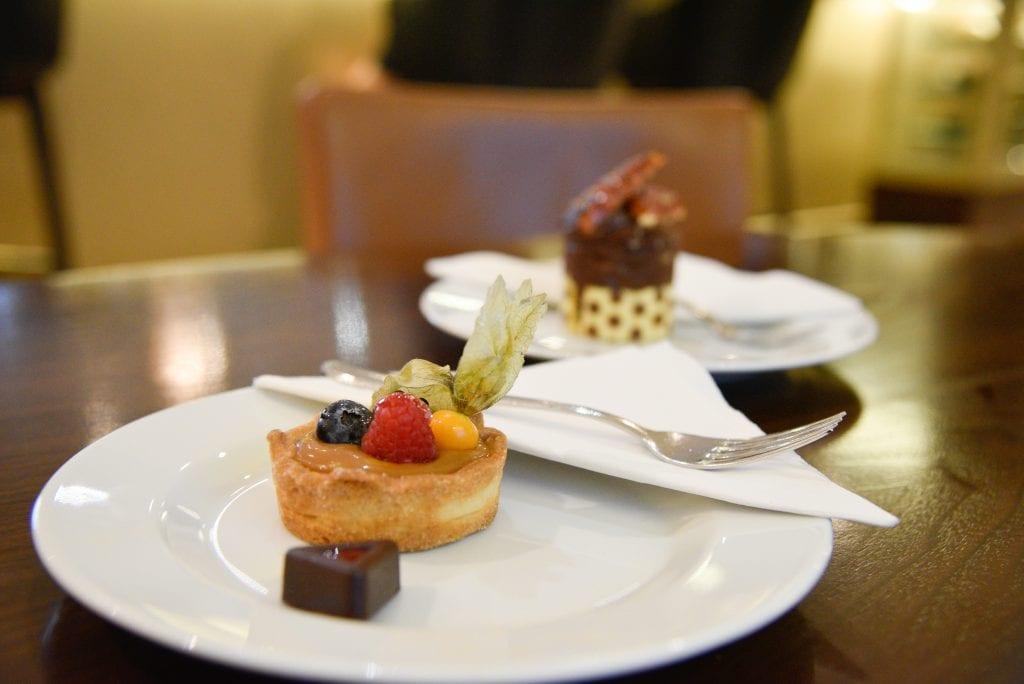 hilton-budapest-lobby-lounge-cakes