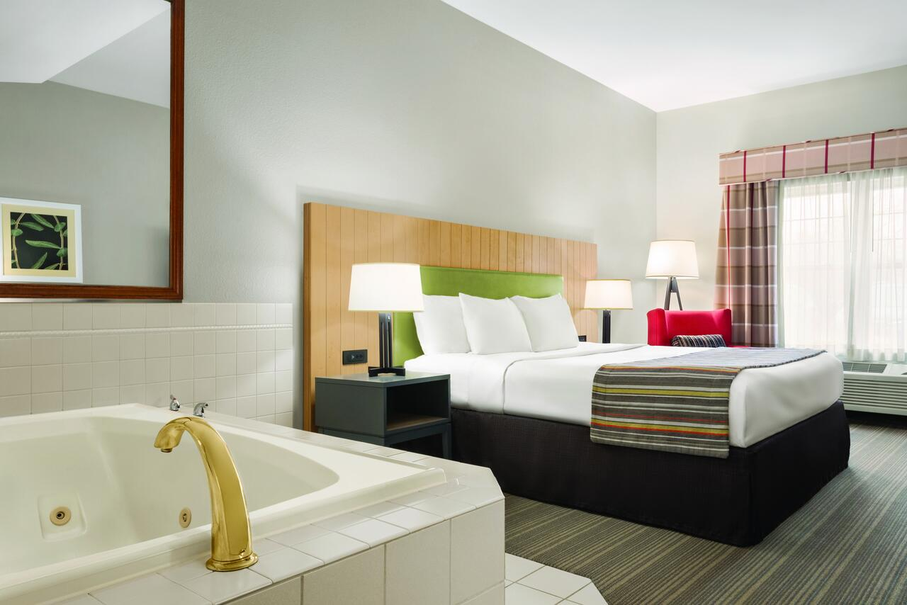 hot-tub-suites-in-chicago-jacuzzis