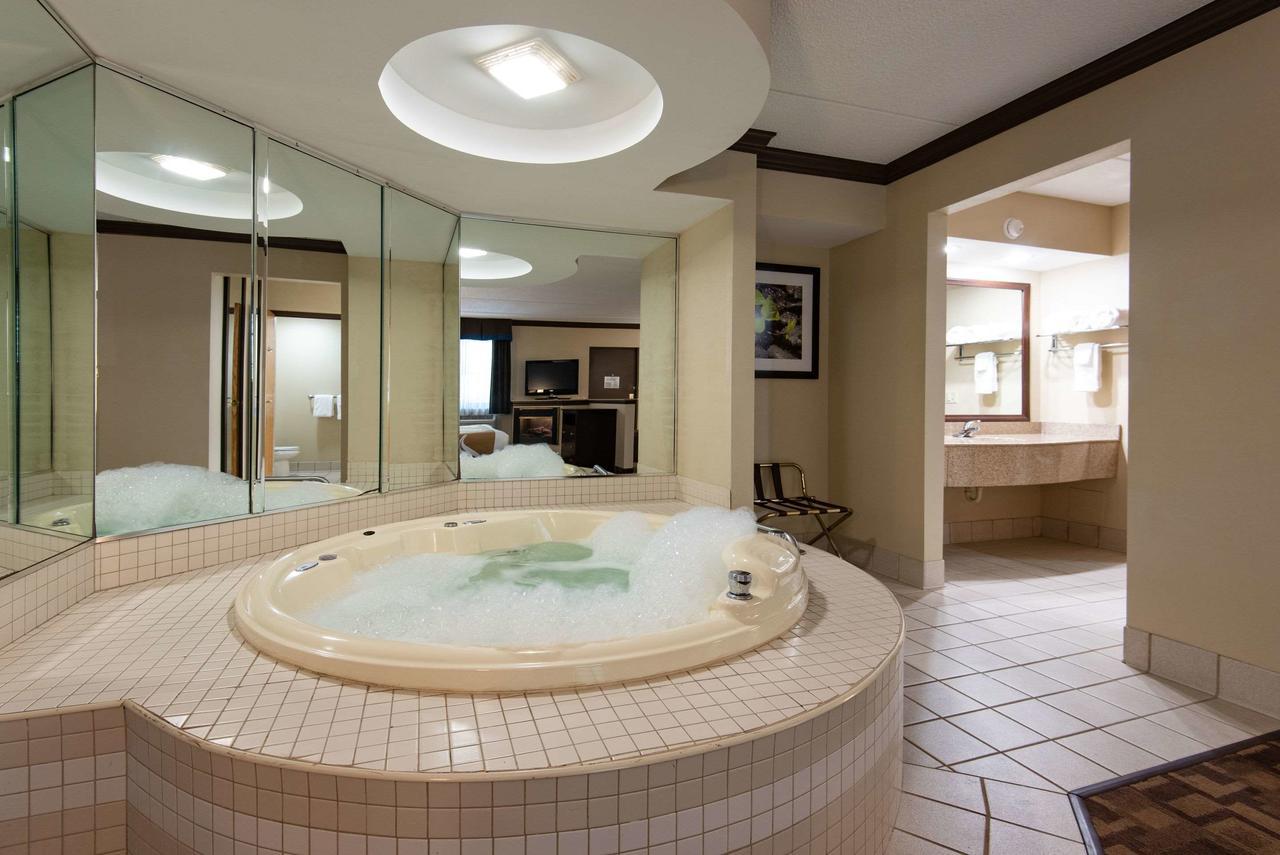 hot-tub-romantic-hotel-pa