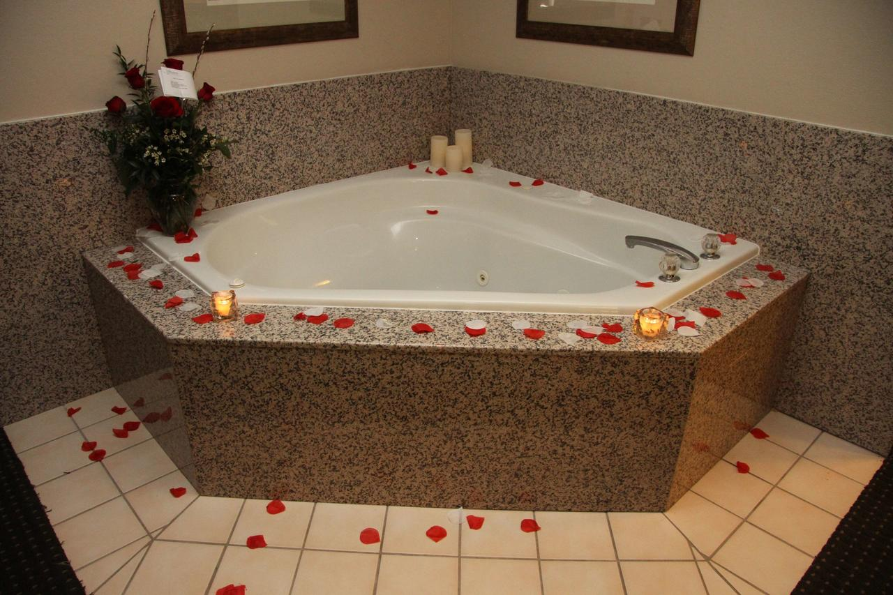 hot-tub-suites-in-greenville