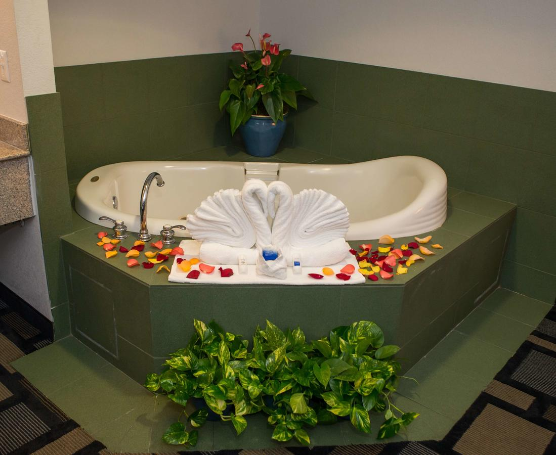 34 Romantic Hotels In Houston With Jacuzzi In Room