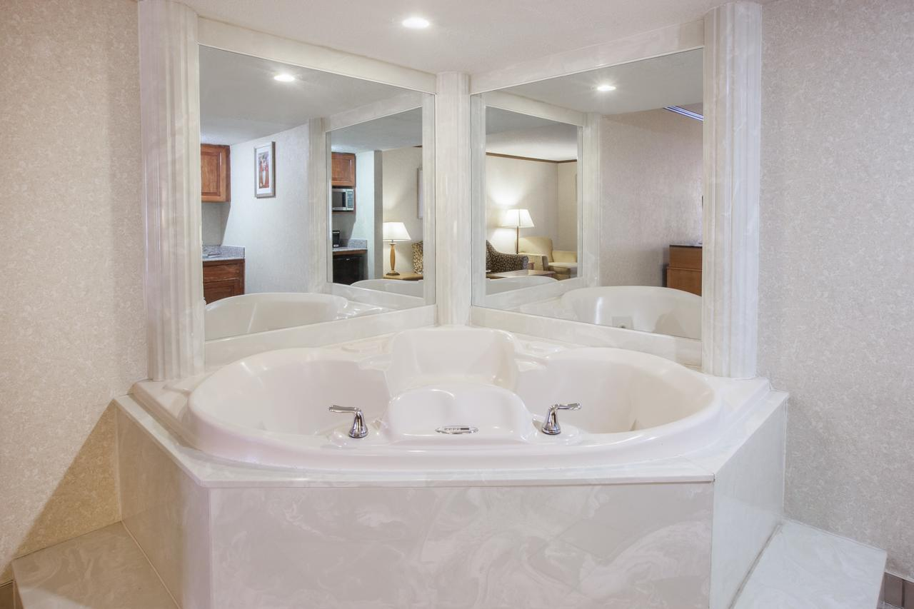 hotels with jacuzzi in room in detroit michigan Baymont by Wyndham Canton