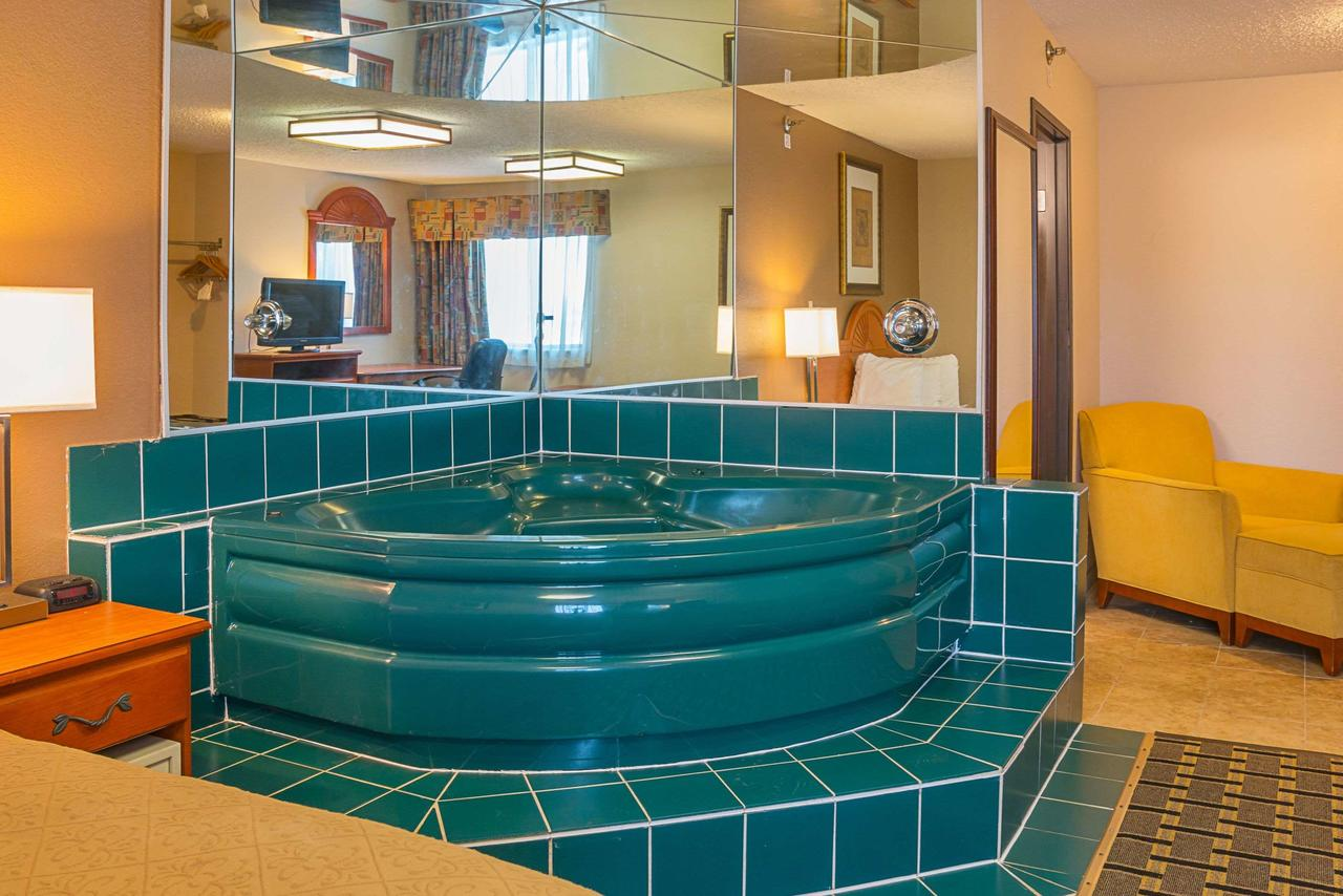 best-hot-tub-suite
