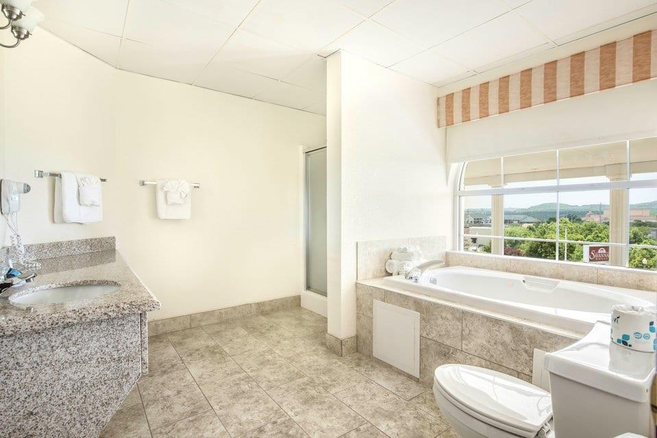 jacuzzi-suite-bathroom-savannah-house-hotel